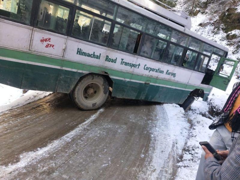 करसोग चौकी में बर्फ पर फिसली निगम की बस, बाल बाल बची 35 की जान