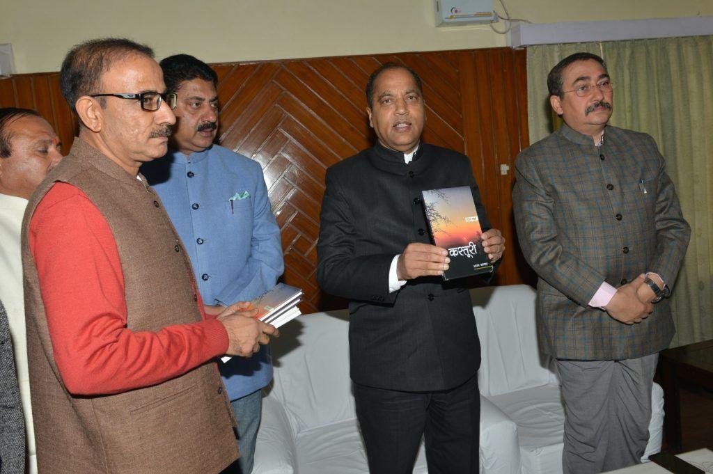 "पाराशर द्वारा मुख्यमंत्री को  ''कस्तूरी"" पुस्तक भेंट"