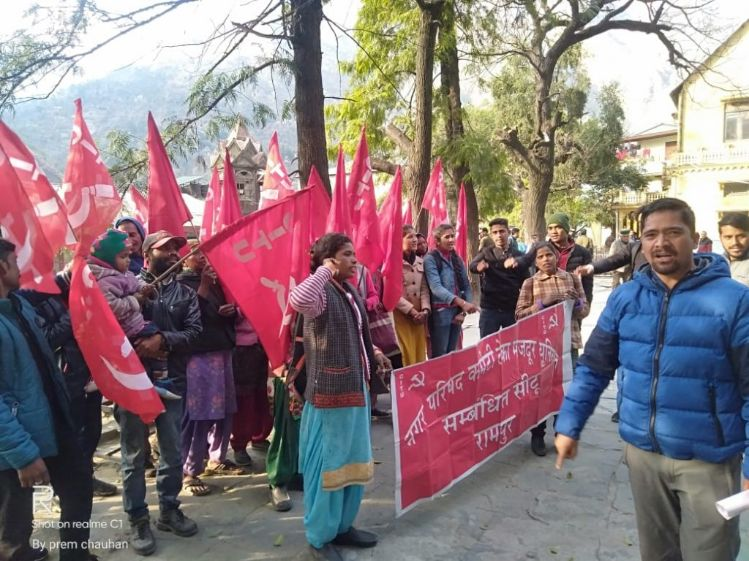 MC रामपुर बुशहर ठेका मजदूर यूनियन ने मांगों को लेकर किया प्रदर्शन
