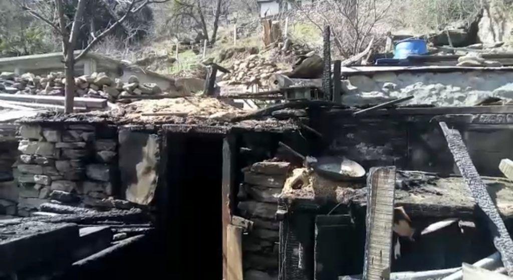 किन्नौर के किल्बा में दो मंजिला मकान में लगी आग, लाखों का नुकसान