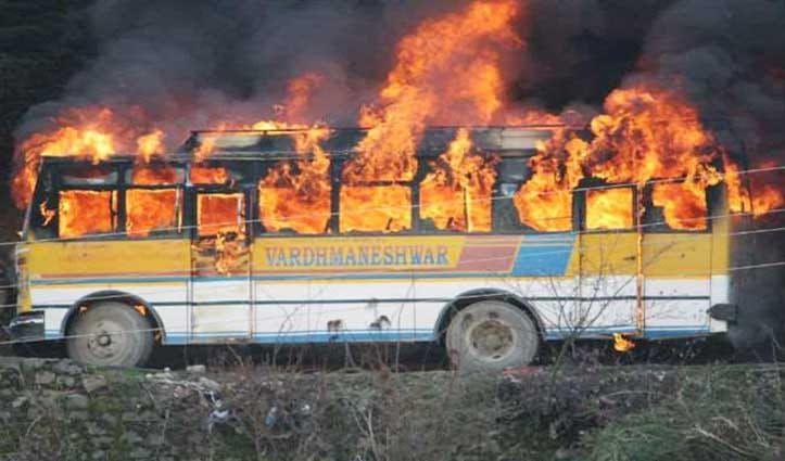 मणिकर्ण में खड़ी बस में लगी आग, यात्रियों ने भागकर बचाई जान