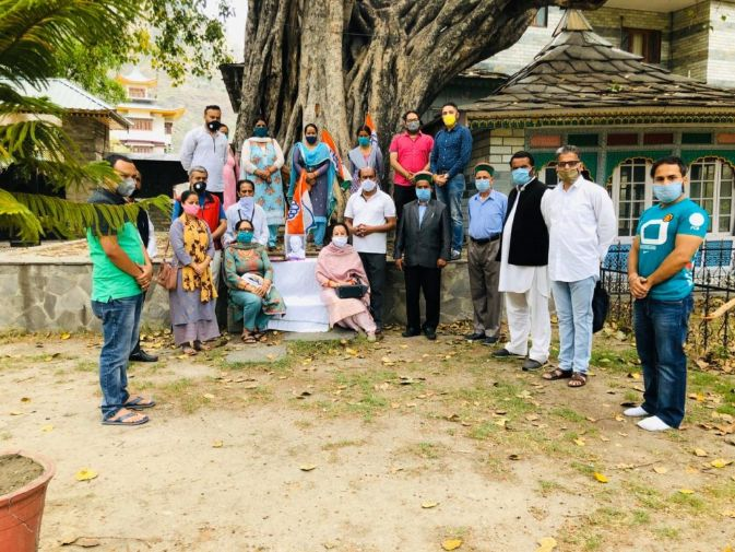 रामपुर बुशहर में ब्लाक कांग्रेस द्वारा प्रथम प्रधानमंत्री स्व जवाहरलाल नेहरू की पूण्य तिथि पर दी श्रधांजलि अर्पित