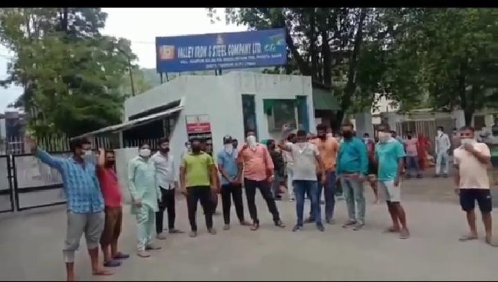 धौलाकुआं इस्पात उद्योग में 2 कोरोना पॉजिटिव आने के बाद ग्रामीणों ने किया प्रदर्शन, फैक्ट्री को बंद करो