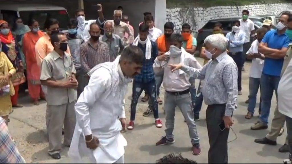 बिलासपुर में हंसराज की संदिग्ध मौत पर परिजनों ने मांगी न्यायिक जांच, DC कार्यालय के बाहर हड़ताल पर बैठे