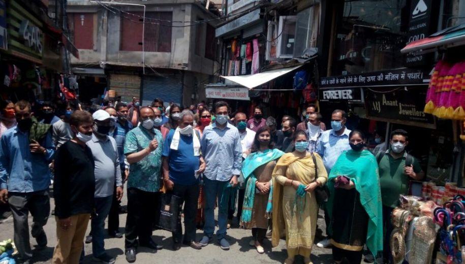 भाजपा आईटी विभाग ने शिमला में किया मास्क व सेनेटाइजर का वितरण