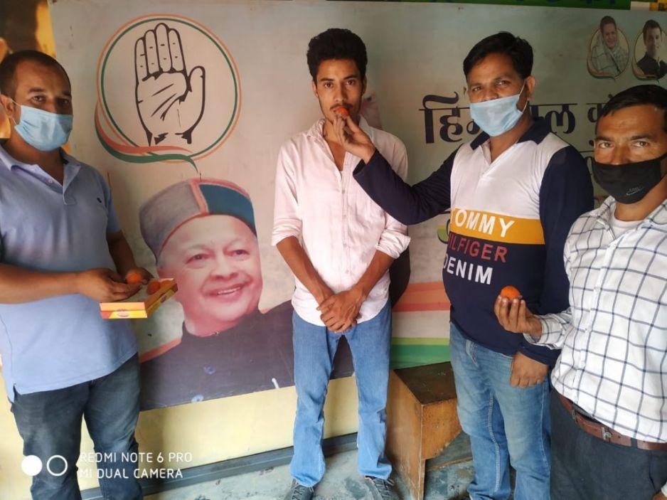 अजय धामी को युवा कांग्रेस सोशल मीडिया कॉर्डिनेटर बनाने पर सैंज में बंटे लड्डू