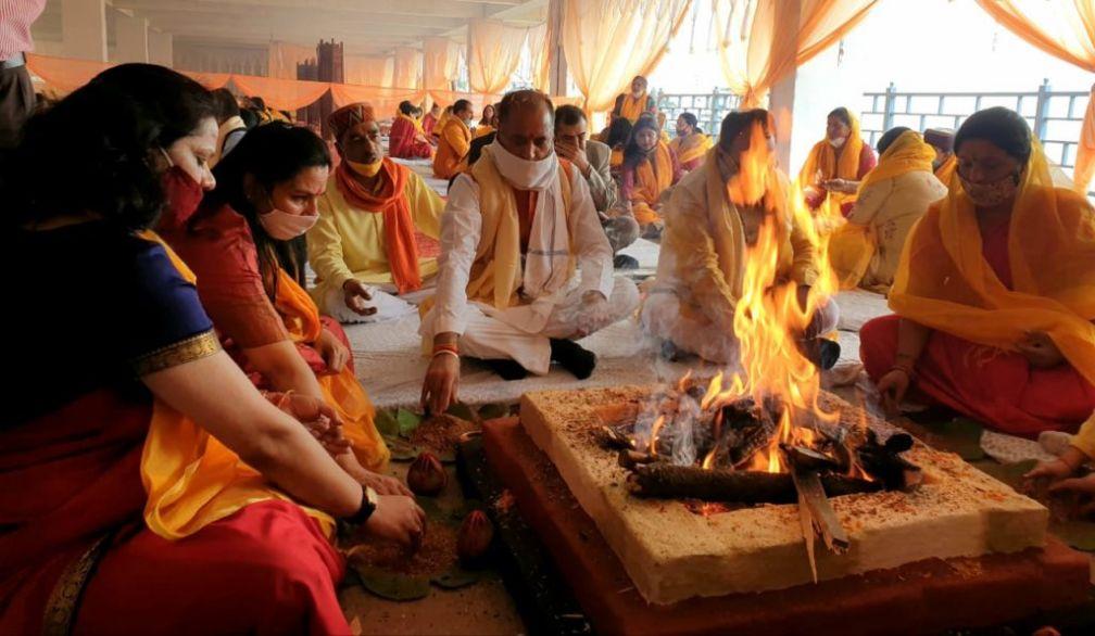 कोरोना महामारी से मुक्ति के लिए भाजपा महिला मोर्चा ने किए 55 लाख गायत्री जाप, सीएम ने डाली पूर्णाहुति