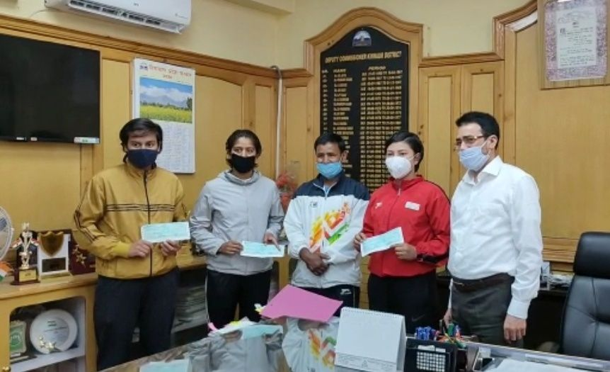 राज्यपाल द्वारा किन्नौर की तीन बेटियों को बॉक्सिंग के क्षेत्र में नाम रोशन करने पर किया सम्मानित