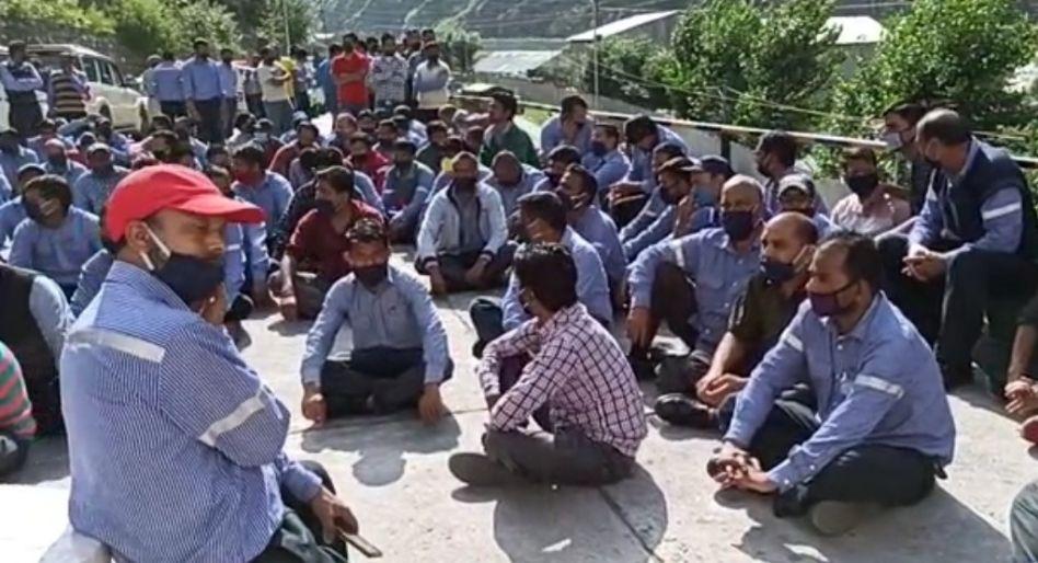 कड़छम-वांगतू प्रोजेक्ट के श्रमिक की मौत का एक करोड़ मुआवजा और बेटे को दे नौकरी, मांग पर श्रमिक आंदोलनरत