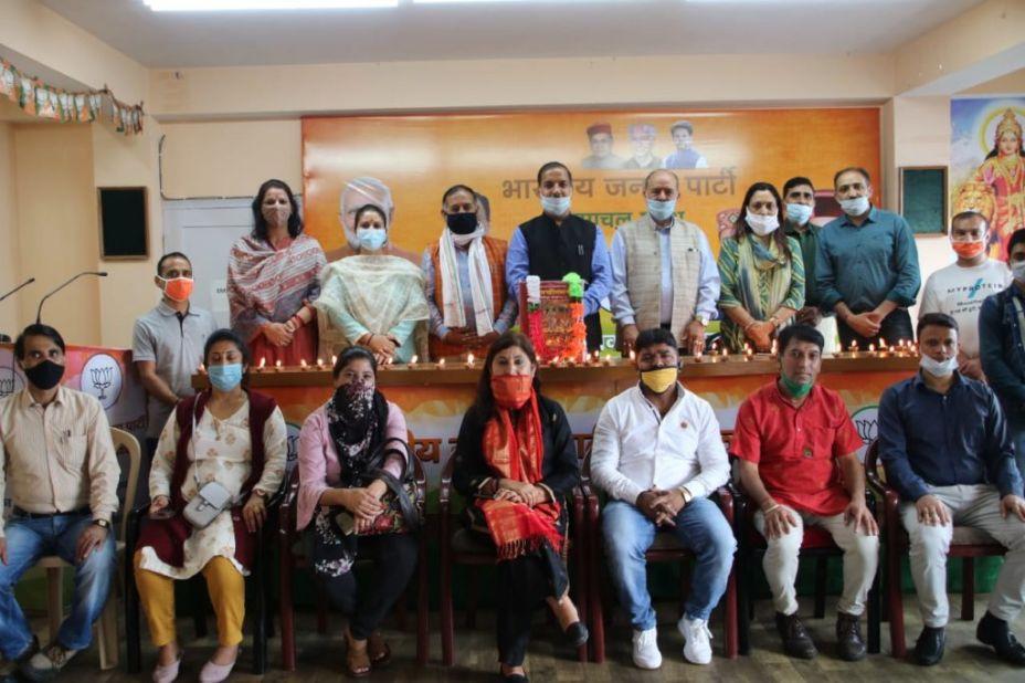 अयोध्या में श्री राम मंदिर भूमि पूजन संपन्न होने पर BJP कार्यालय शिमला में दीपमाला कार्यक्रम, बांटे लड्डू