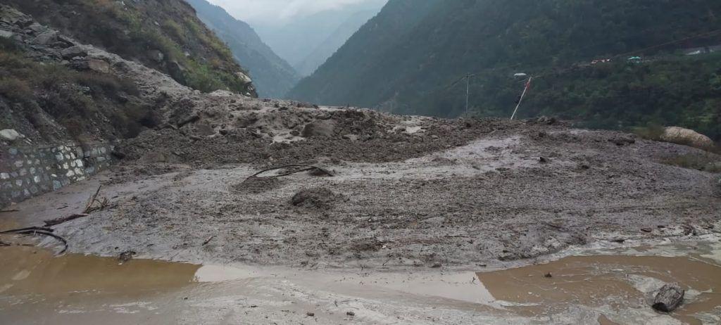 किन्नौर में रुनंग खड्ड में बादल फटने से आई बाढ़, NH बाधित बागीचों को लाखों का नुकसान