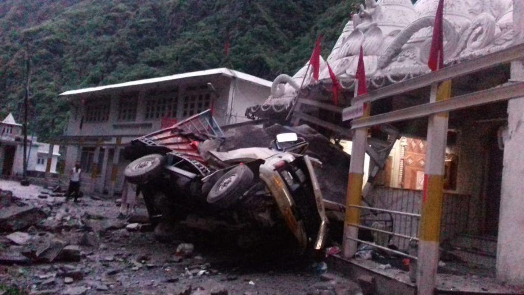 हणोगी मंदिर के आगे फिर गिरे पत्थर, 2 की मौत 2 घायल