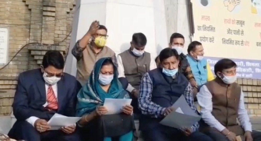 हिमाचल विधानसभा में कांग्रेस ने लगाया विपक्ष की आवाज दबाने का आरोप- रिज पर किया मौन प्रदर्शन