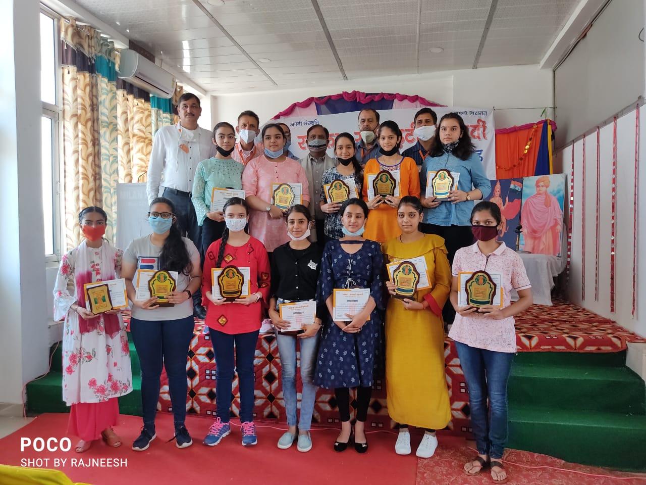 घुमारवीं में मेधावी छात्र अभिनंदन समारोह में मेधावियों पर बरसे ईनाम