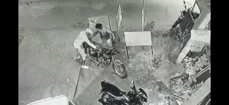 बरोटीवाला में बाइक चोर गिरोह सक्रिय, घर के बाहर खड़े बुलेट को लेकर हुए रफूचक्कर, CCTV में कैद वारदात