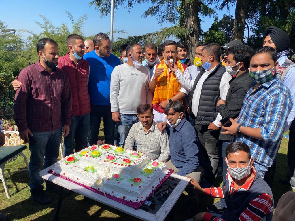 विक्रमादित्य सिंह के जन्मदिवस पर वीरभद्र संग शिमला में खूब थिरके समर्थक