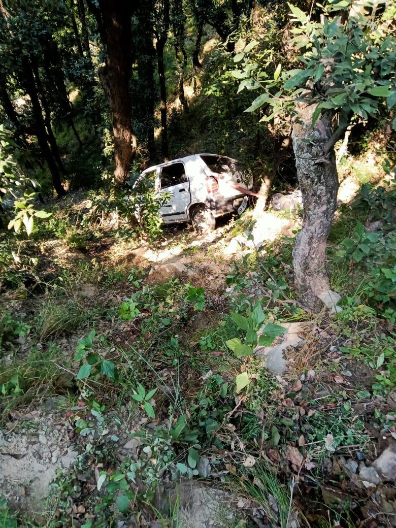 गोहर के शिहलधार में कार के गहरी खाई गिरी, एक कि मौत एक घायल