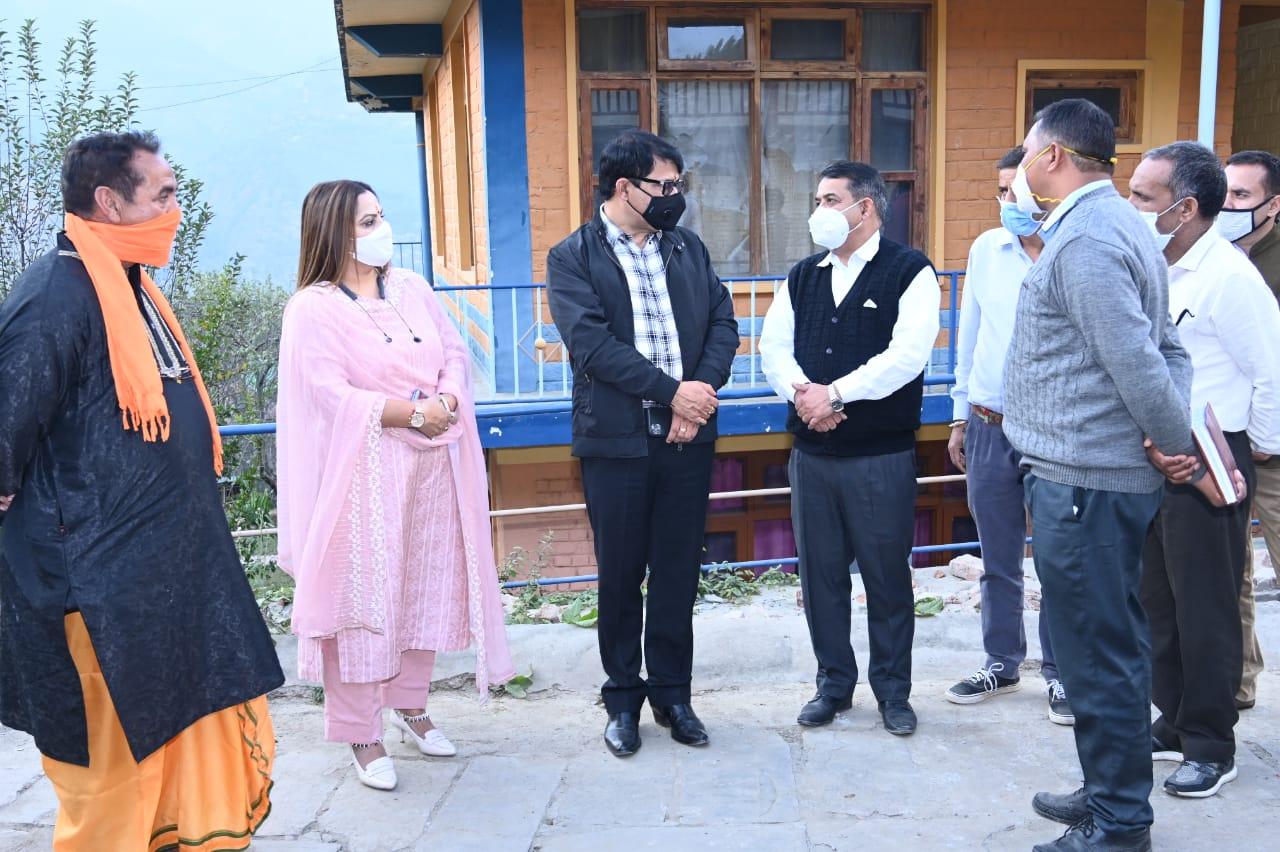 """गोबिंद ठाकुर ने किया जीर्ण शीर्ण कुल्लू के नगर स्थित """"गोल सराय"""" भवन का निरीक्षण"""