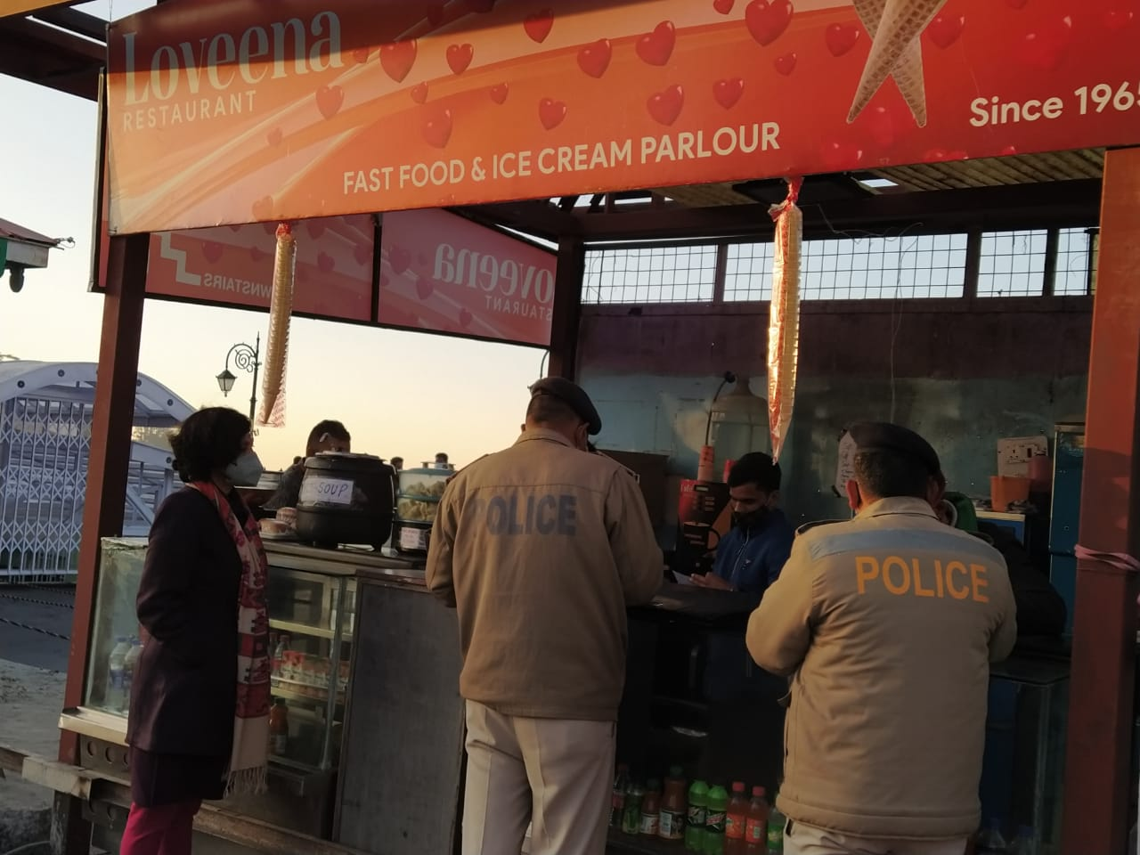 शिमला में रिज पर लोविना सहित 3 रेस्टोरेंट के काटे चालान, , रेस्टोरेंट ढाबा  के बाहर किसी को खाने पीने का सामान देने की इजाजत नहीं-ADM