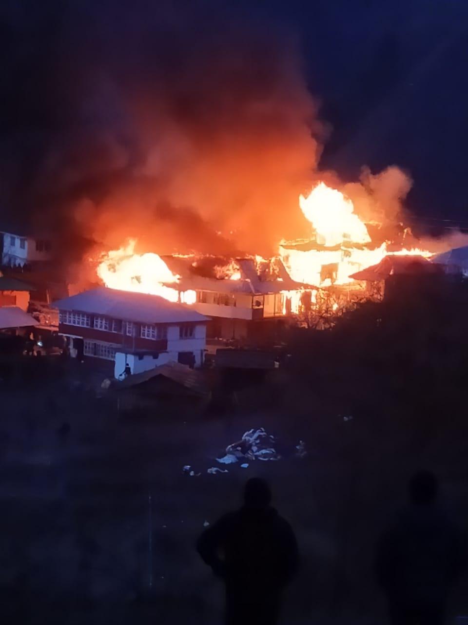रोहड़ू के बागी गांव में 13 मकान पूरी तरह जलकर खाक, 4 को आंशिक नुकसान, रात 10 बजे पाया काबू