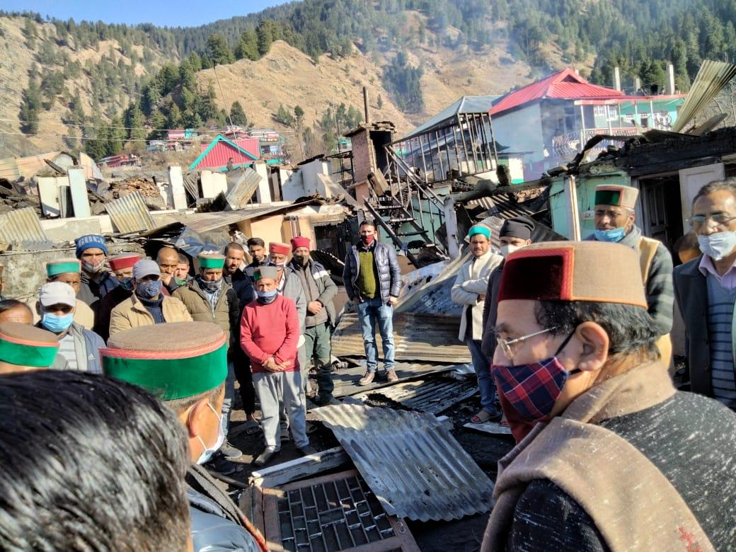 सुरेश भारद्वाज ने अग्नि पीड़ित रोहड़ू के बागी गांव का दौरा किया और प्रभावितों को सांत्वना दी