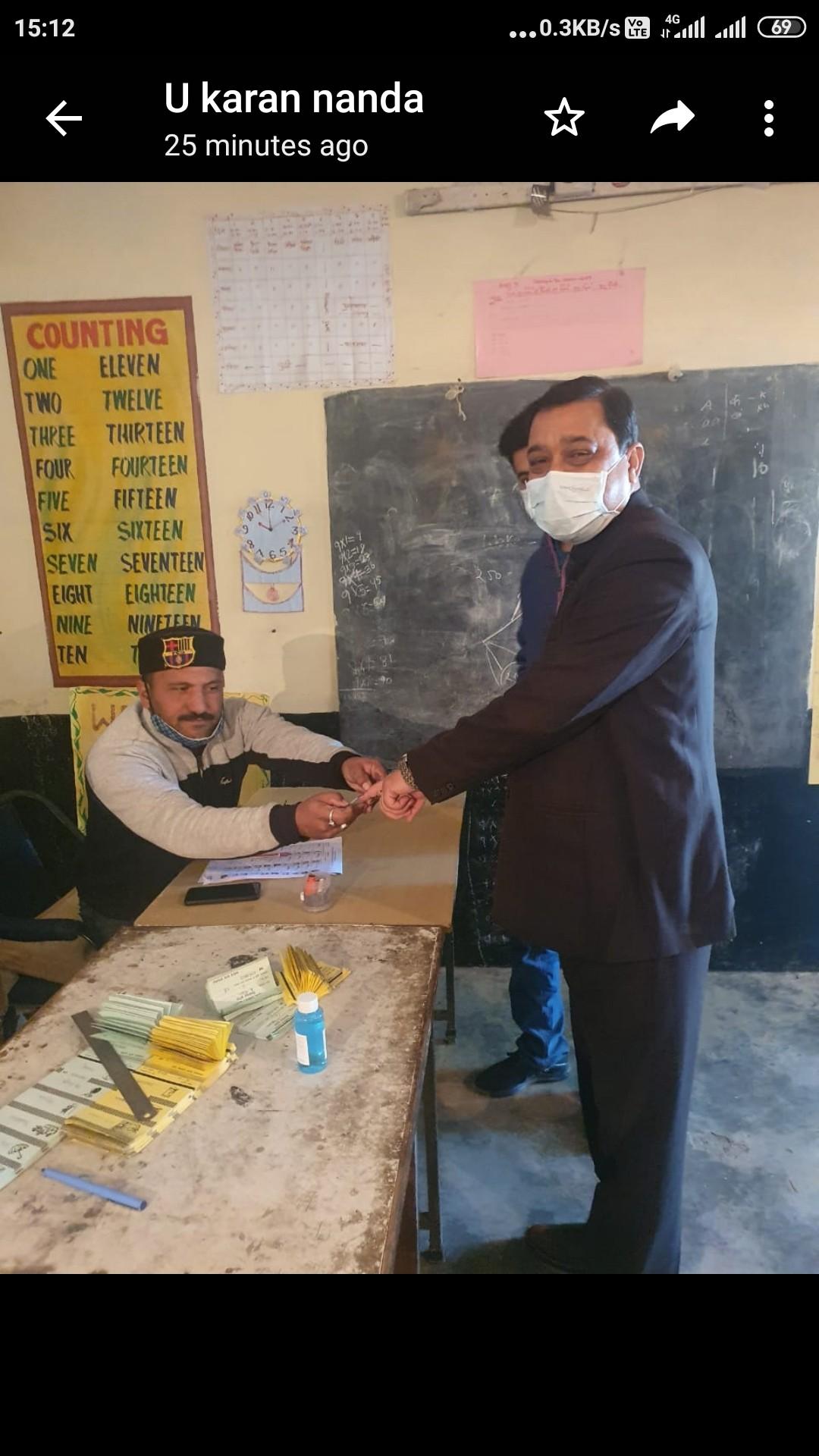 BJP अध्यक्ष सुरेश कश्यप ने अपने परिवार संग सिरमौर की बज्गा पंचायत में डाला वोट
