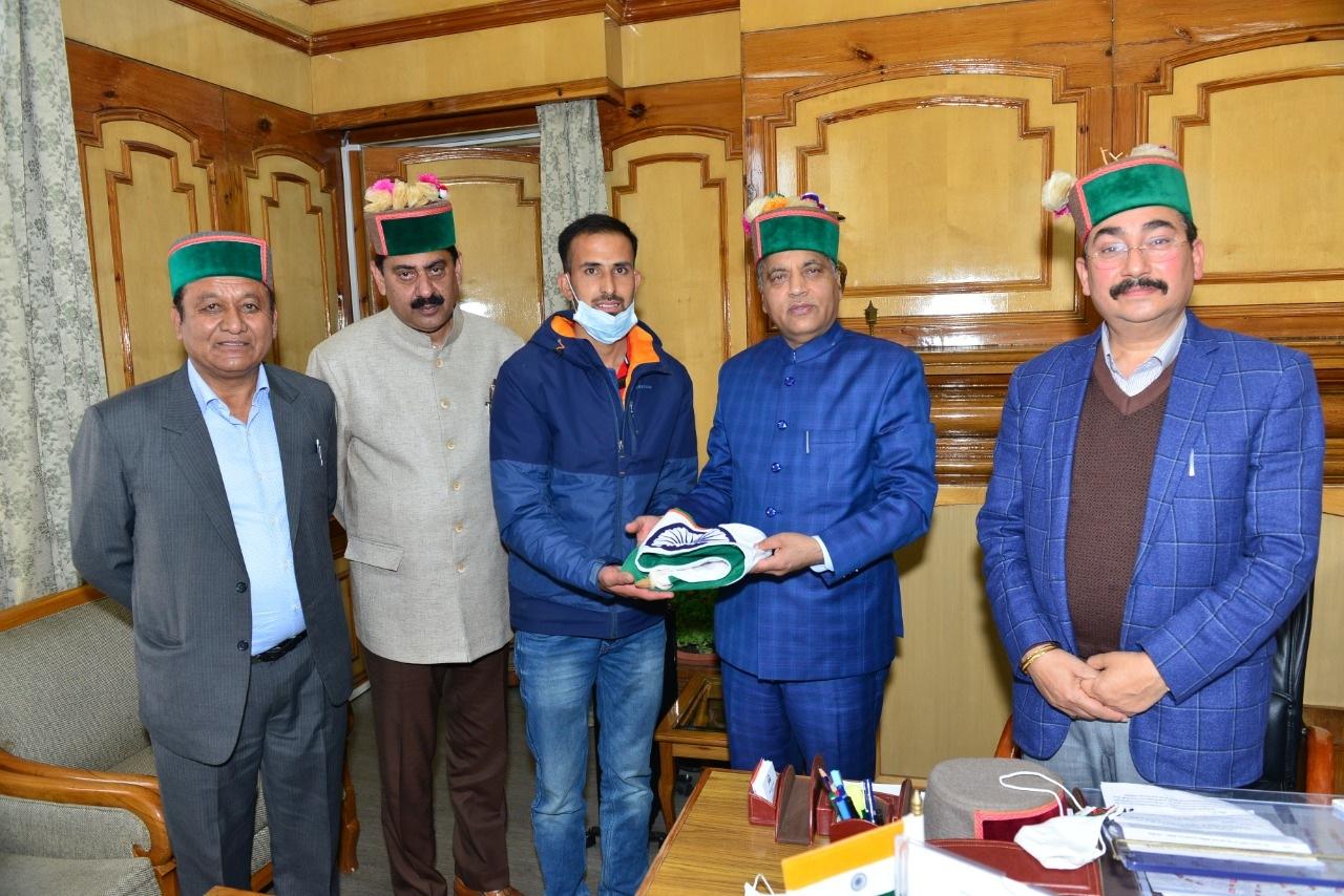 अमित कुमार नेगी एवरेस्ट मैसिफ ऐक्सपीडिशन 2021 के लिए चयनित, सीएम ने किया राष्ट्रीय ध्वज भेंट