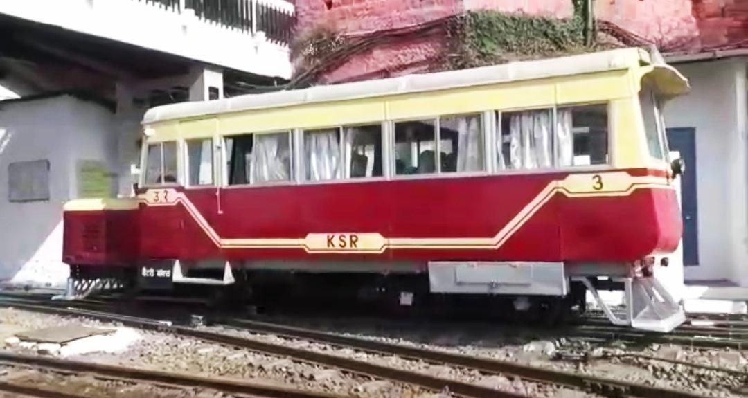 """कालका-शिमला हेरिटेज ट्रैक पर दौड़ी अंग्रेजों के समय की हेरिटेज """"रेल मोटर कार"""""""