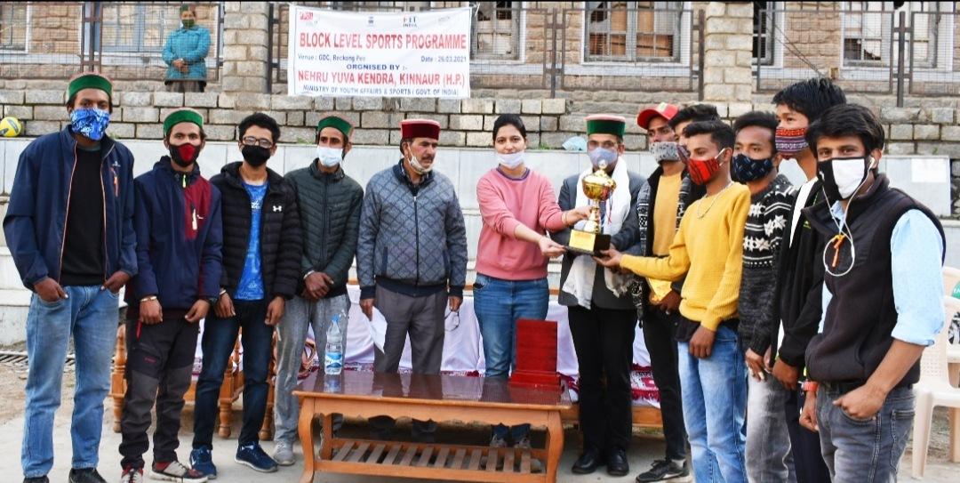 DPRO नरेन्द्र शर्मा ने रिकांगपिओ में NYC की खेल प्रतियोगिताओं के विजेताओं को किया पुरस्कृत