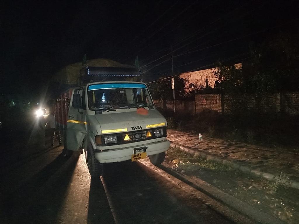 नालागढ़ में हरियाणा की अवैध शराब की बड़ी खेप बरामद, पुलिस ने टेम्पों कब्जे में लेकर की कार्रवाई