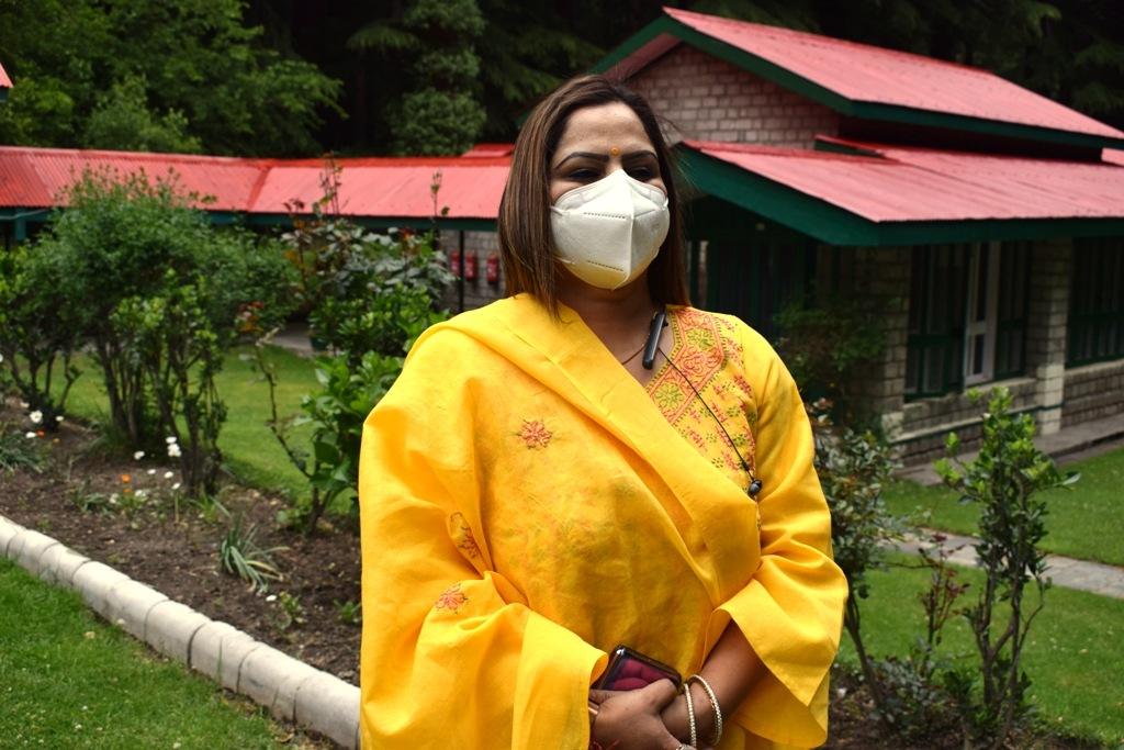 ठाकुर कुंज लाल दामोदरी देवी न्यास कुल्लू ने माॅस्क के लिए वितरित किया 2000 मीटर कपड़ा-रजनी ठाकुर