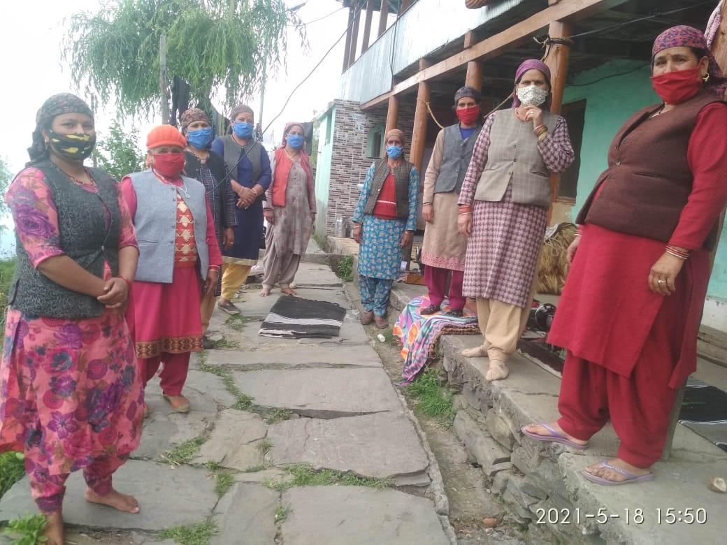 महिला मण्डल पनखड़ ने बांटे 200 मास्क, कोरोना संक्रमण से बचाव को आगे आईं महिलाएं