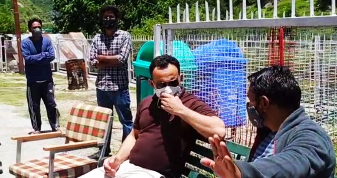 कटगांव CHC पहुंचकर टीका लगवा रहे JSW कर्मचारियों को ग्रमीणों ने रोका बोले- कम्पनी खुद अपने अस्पताल मर लगाए ग्रामीणों का हक न मारे