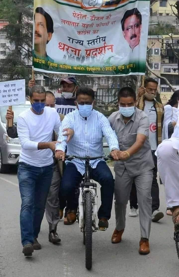 लाचार कांग्रेस, प्रदेश अध्यक्ष साईकल पर भी कार्यकर्ताओं का सहारा लेने को मजबूर