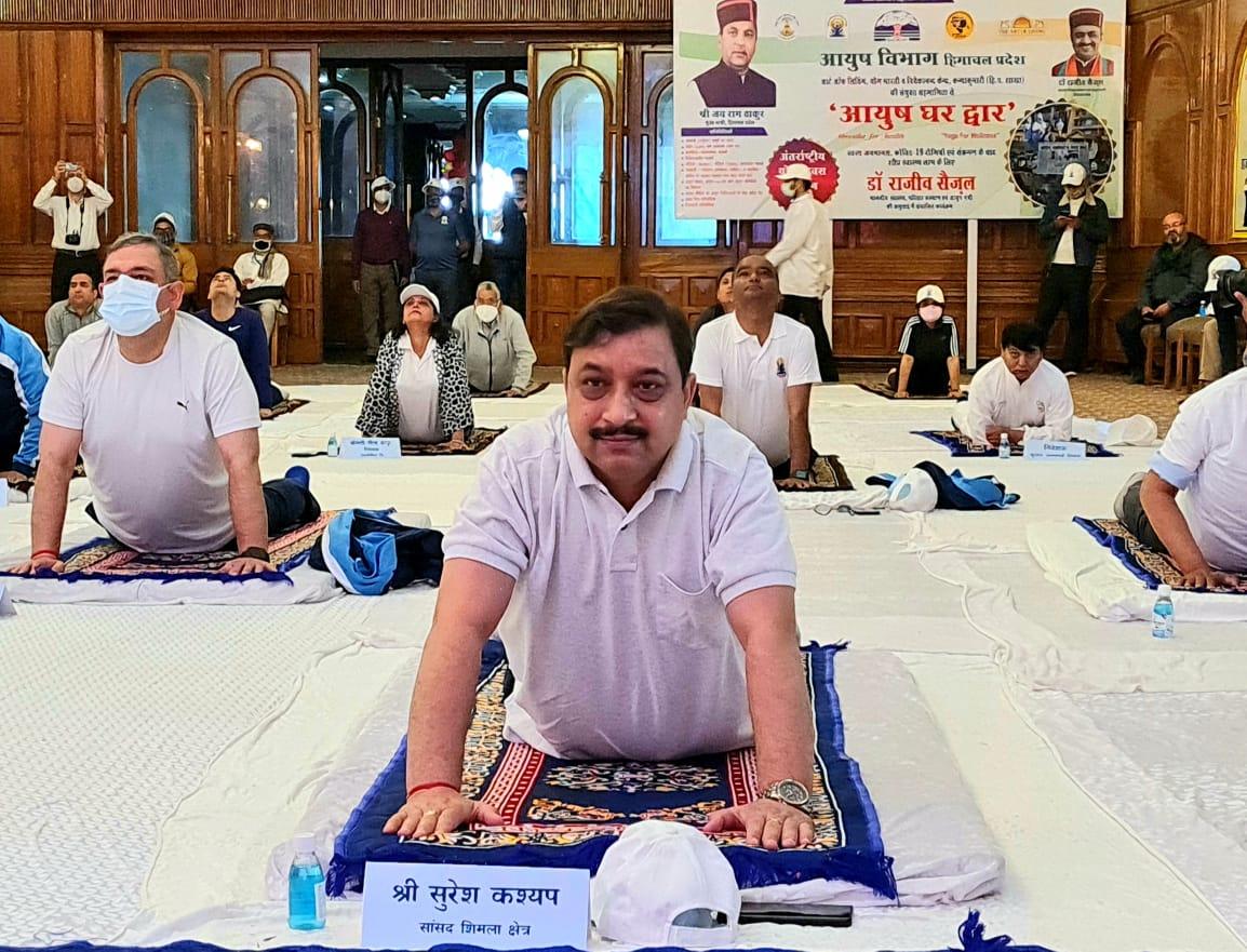 शिमला में अंतर्राष्ट्रीय योग दिवस में भाग लेते CM जयराम ठाकुर, सुरेश कश्यप, राजीव सैजल, पवन राणा और अधिकारी