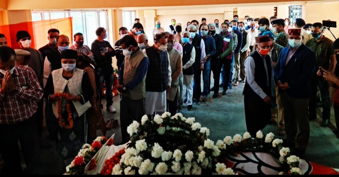 नरेंद्र बरागटा को श्रद्धांजलि देने BJP ऑफिस शिमला में उमड़ा नेता कार्यकर्ताओं का सैलाब, नम आंखों से दी श्रद्धांजलि वीरभद्र व अन्य नेताओं ने भी जताया शोक