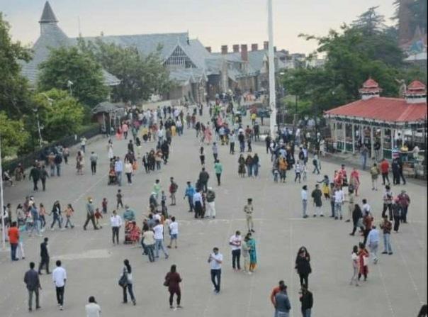 शिमला में उमड़ी पर्यटकों की भीड़, 36 घण्टों में पहुंचे 8 हजार वाहन