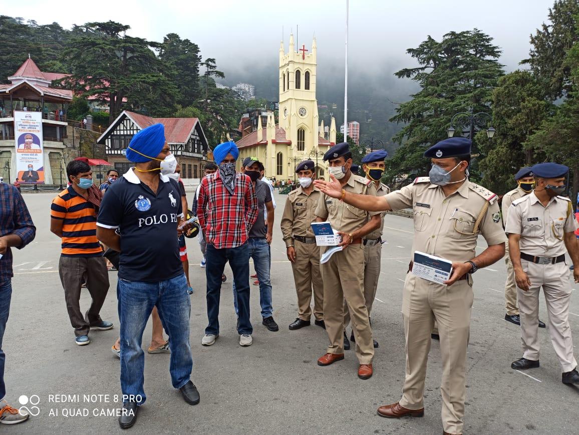 बिना मास्क घूमने वाले पर्यटकों को शिमला पुलिस ने किया जागरूक, बांटे मास्क