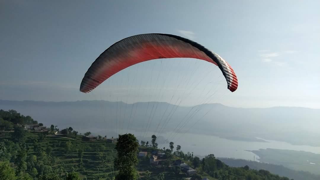कुटलैहड़ में पहली बार उड़े मानव परिंदे, पर्यटन को लगेंगे पंख, टीम ने घरवासड़ा को पैराग्लाइडिंग के लिए दूसरी सबसे उपयुक्त जगह पाया