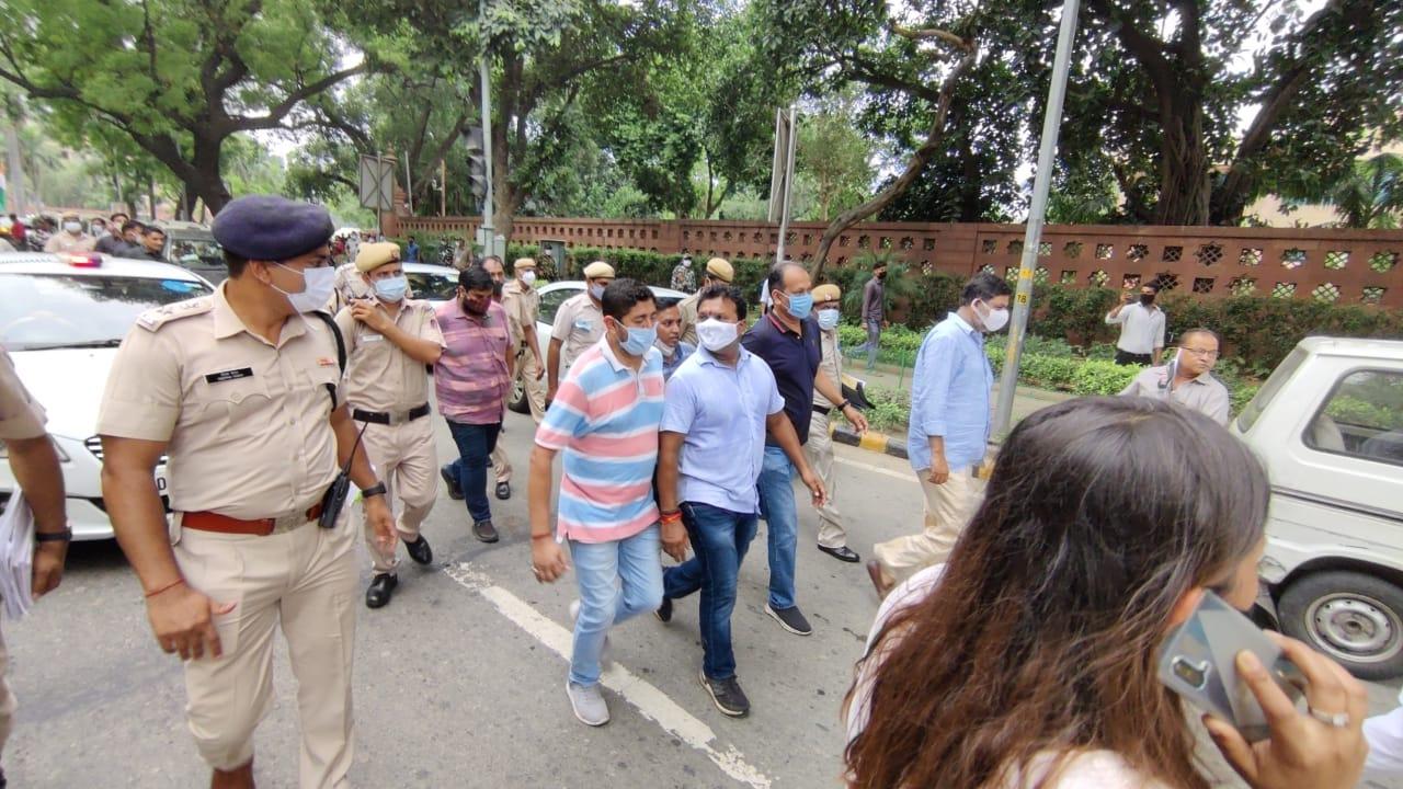 हिमाचल युवा कांग्रेस के पूर्व अध्यक्ष मनीष ठाकुर सहित कांग्रेस नेता दिल्ली में गिरफ्तार