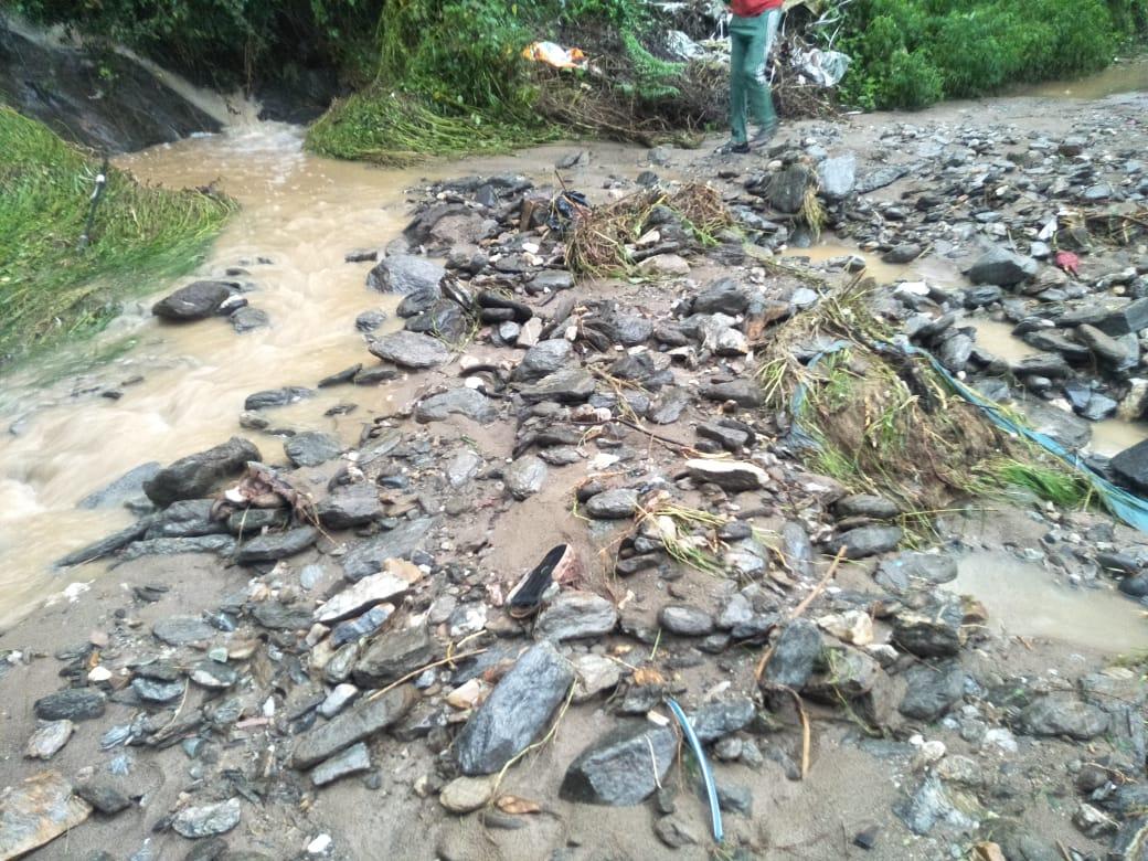 आनी में भारी बारिश से जनजीवन अस्त व्यस्त, कई सड़कें भूस्खलन व ल्हासे गिरने से अवरुद्ध
