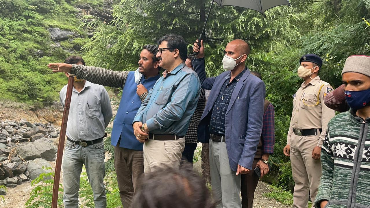 गोविंद ठाकुर ने किया बाढ़ प्रभावित क्षेत्र मनीकर्ण का दौरा, डीसी व एसपी बचाव दल सहित पहुंचे स्थल पर