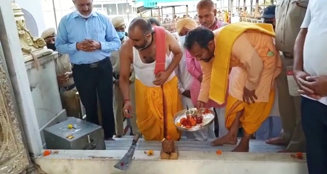 हिमाचल में 70 दिनों के बाद मंत्रोच्चारण और विधिवत पूजा अर्चना के साथ दर्शनों के लिए खुले मंदिरों से कपाट, श्रद्धालु उमड़े