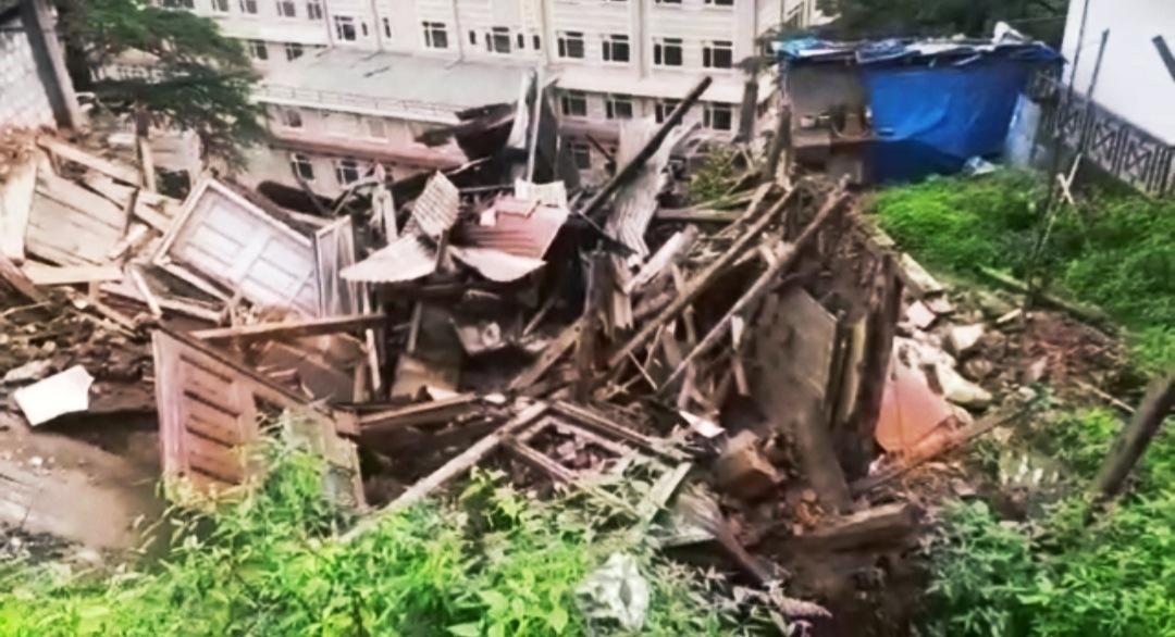 शिमला के IGMC के समीप गिरा दो मंजिला भवन, लाखों का नुकसान