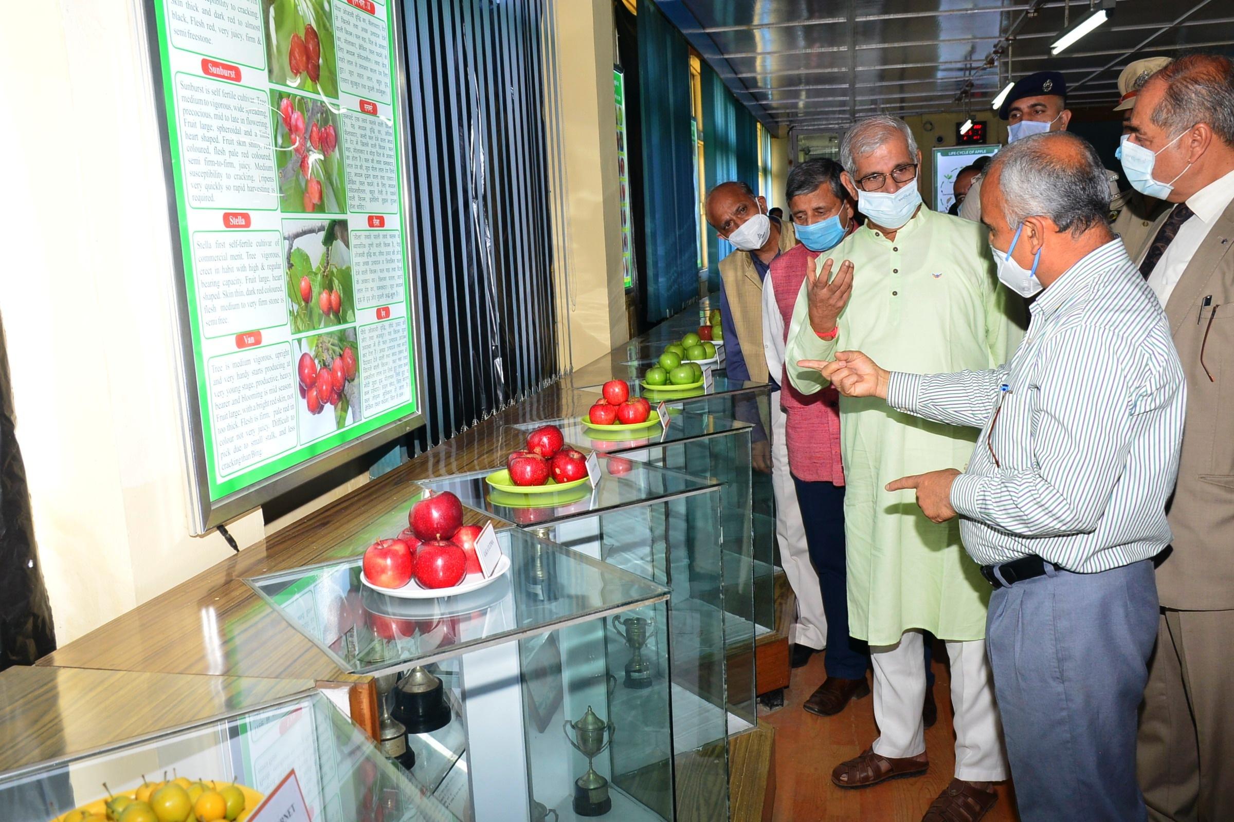 राज्यपाल आर्लेकर ने उच्च उत्पादन और रोग प्रतिरोधक सेब किस्मों के शोध पर बल देने की सलाह दी
