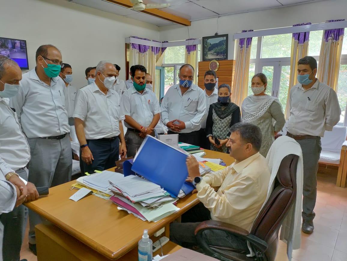 रामपुर बुशहर के खनेरी अस्पताल में चिकित्सकों की लापरवाही से गई अधिवक्ता मेनका श्याम की जान, FIR दर्ज, CJ, CM सहित 9 जगह की शिकायत