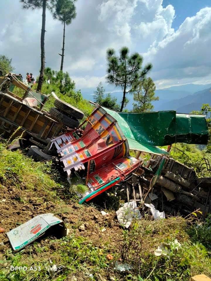 शिमला में शोघी-मेहली सड़क पर ब्यूलिया में सेब से लदा ट्रक खाई में गिरा, 3 घायल