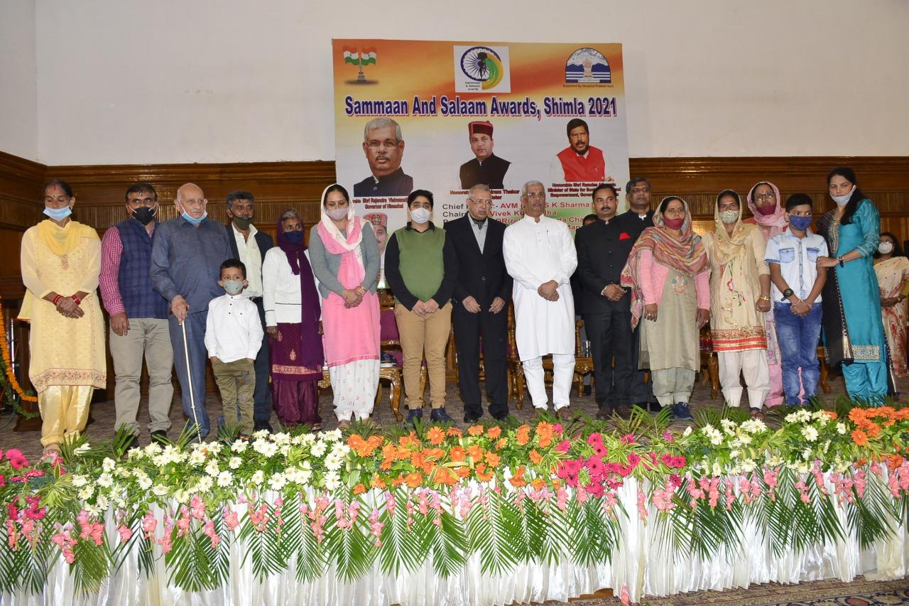 देश के महान सपूतों के परिवार के सदस्यों को शिमला में किया सम्मानित, नशे के खिलाफ अभियान में योगदान दें- राज्यपाल