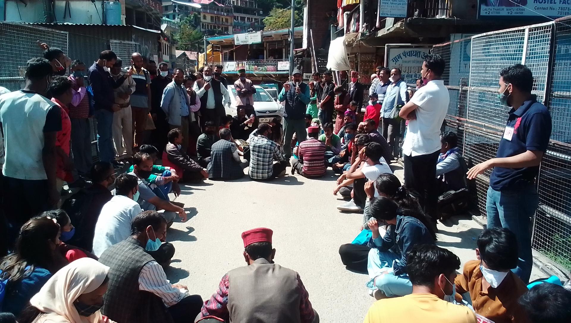आनी में किसान संगठनों और सीपीआईएम ने  सयुंक्त प्रदर्शन कर किया चक्का जाम