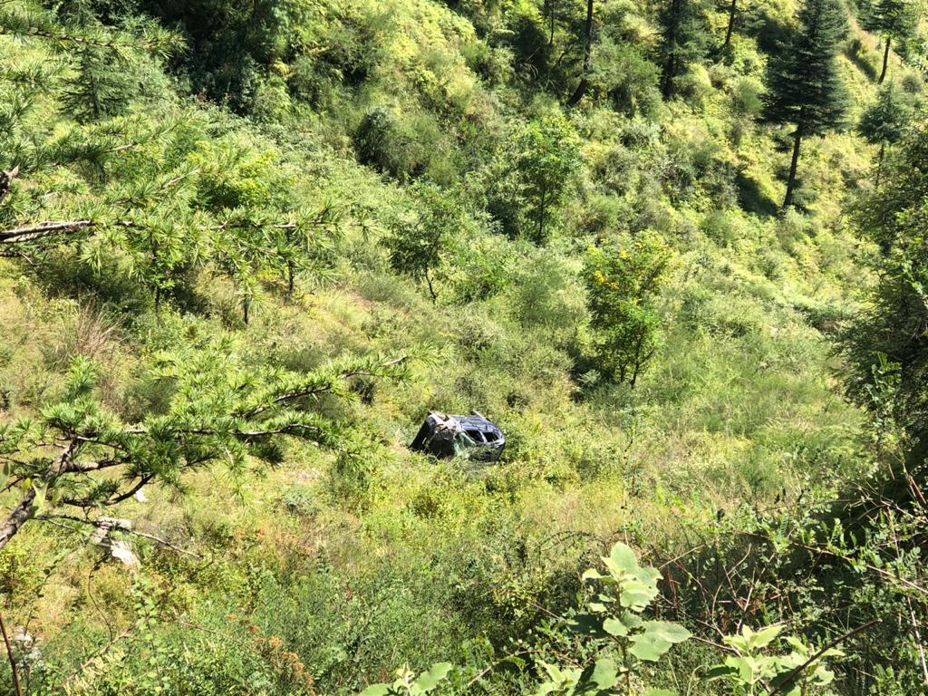 कुल्लू- आनी के टेंगोनाल में कार खाई में गिरी,  चालक की मौत, 4 युवतियां घायल